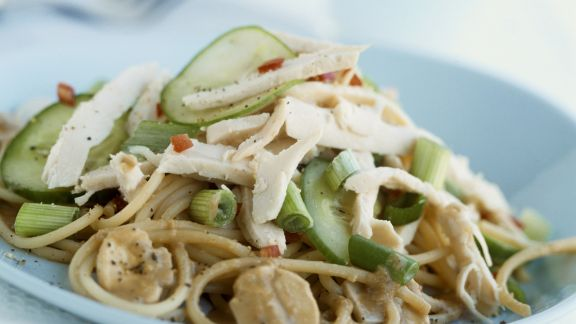 Rezept: Pastasalat mit Hühnchen, Pilzen und Gemüse