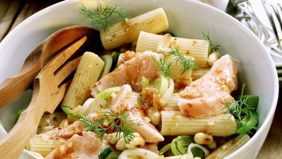 Rezept: Pastasalat mit Lachs, Porree und Erdnüssen