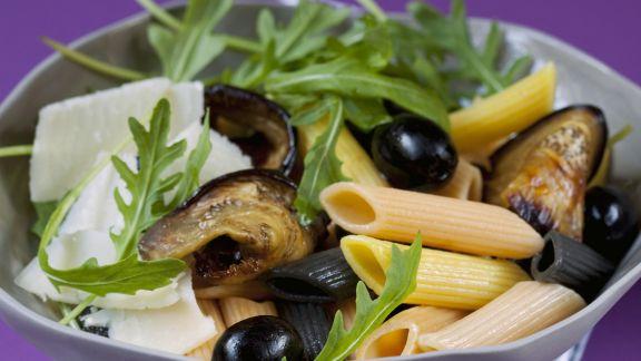 Rezept: Pastasalat mit Oliven, Rauke, Parmesan und Auberginen