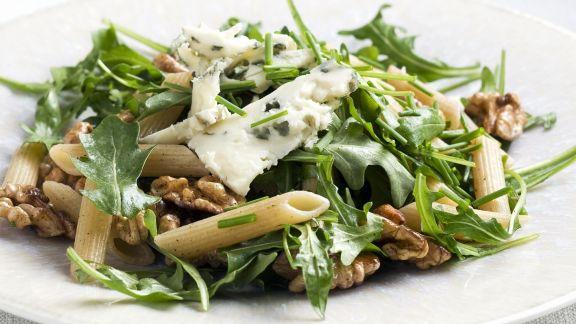 Rezept: Pastasalat mit Rauke, Walnusskernen und Blauschimmelkäse