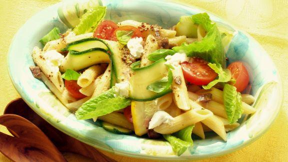 Rezept: Pastasalat mit Romana, Tomaten und Zucchini