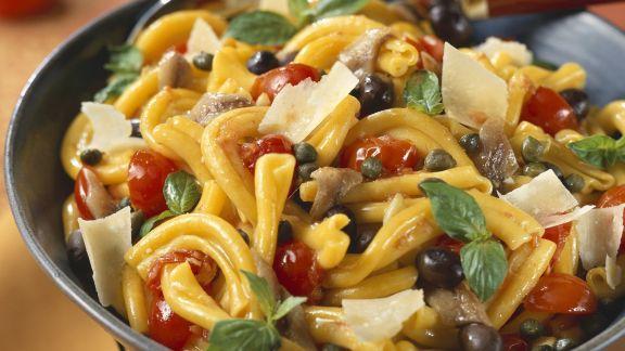 Rezept: Pastasalat mit Sardellen, Kapern, Oliven und Parmesan