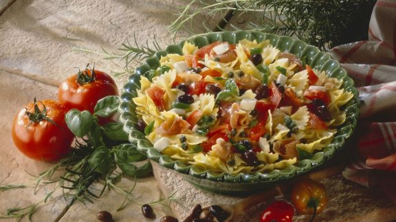 Rezept: Pastasalat mit Schinken, Oliven, Mozzarella, Kapern und Tomaten