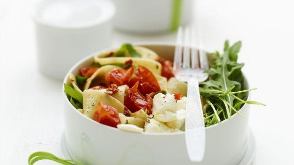 Rezept: Pastasalat mit Tomaten, Ricotta und Rucola