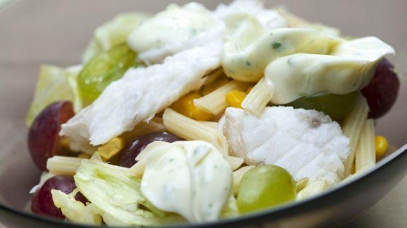Rezept: Pastasalat mit Trauben, Fisch und Mais
