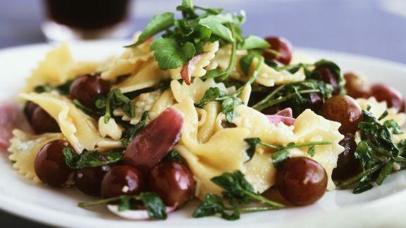 Rezept: Pastasalat mit Weintrauben und Zwiebeln