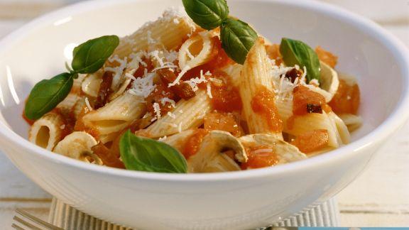 Rezept: Penne mit Pilzen und scharfer Tomatensoße