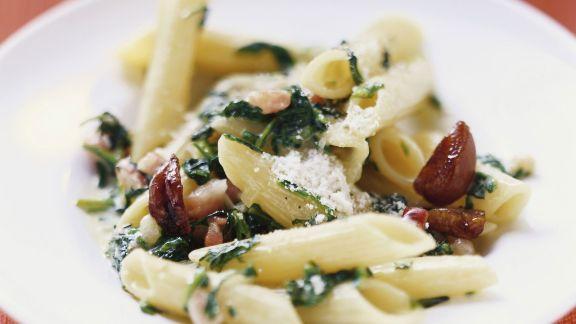 Rezept: Penne mit Spinat, Maroni und Speck