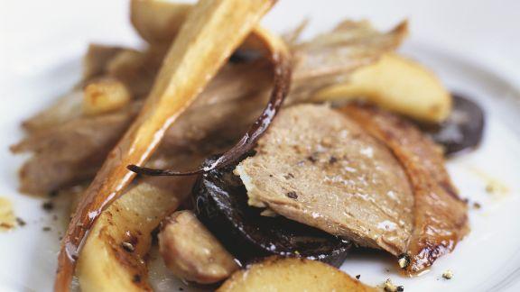 Rezept: Perlhuhn mit Petersilienwurzeln, Birnen und marinierten Walnüssen