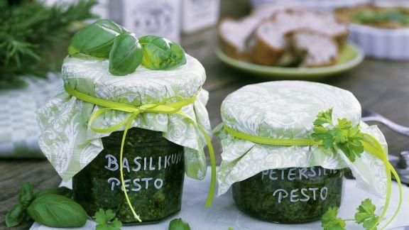 Rezept: Pesto aus Basilikum und Petersilie