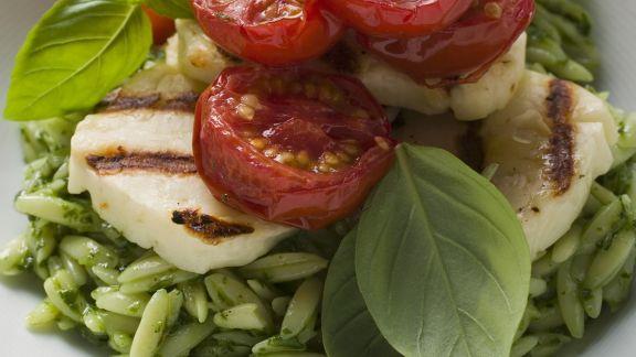 Rezept: Pesto-Orzo mit gegrilltem Mozzarella und Tomaten