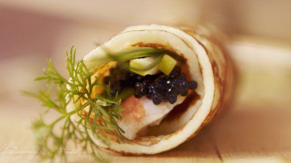 Rezept: Pfannkuchenröllchen mit Kaviar und Garnelen