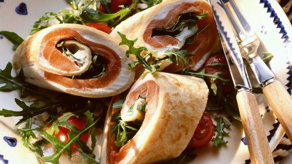 Rezept: Pfannkuchenröllchen mit Lachs dazu Tomatensalat mit Rucola