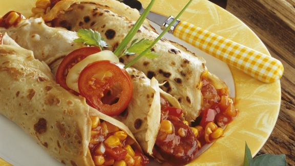 Rezept: Pfannkuchenröllchen mit Salami und Gemüse gefüllt