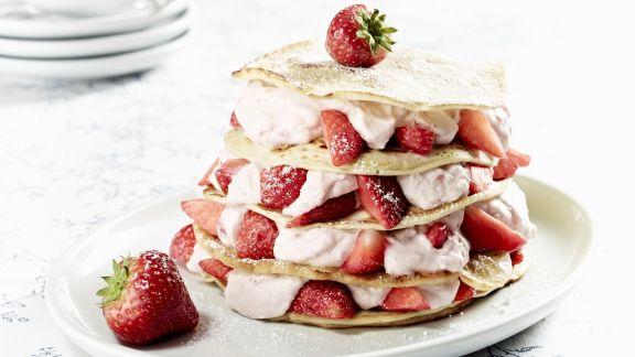 Rezept: Pfannkuchentorte mit Erdbeer-Kokos-Quark