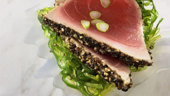 Rezept: Pfeffer-Thunfischfilet mit Algensalat