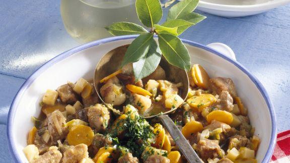 Rezept: Pfeffriges Schweineragout mit Kartoffelklößen