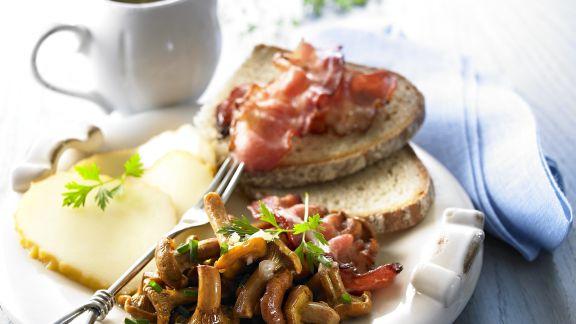 Rezept: Pfifferlinggemüse mit Brot, Speck und geräuchertem Käse