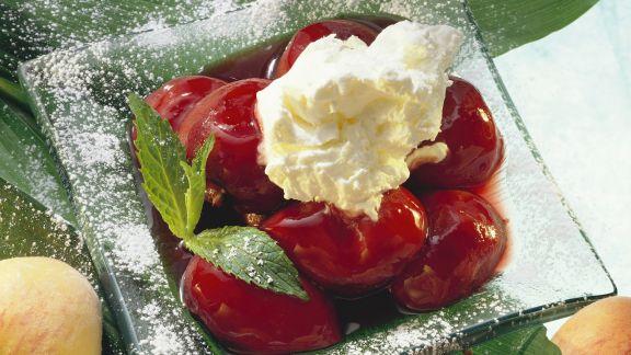 Rezept: Pfirsiche in Rotwein mit Schlagsahne