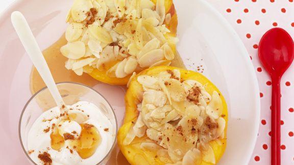Rezept: Pfirsiche mit Mandelfüllung und Honig-Joghurt-Soße