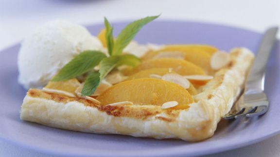 Rezept: Pfirsichkuchen mit Mandeln und Eis