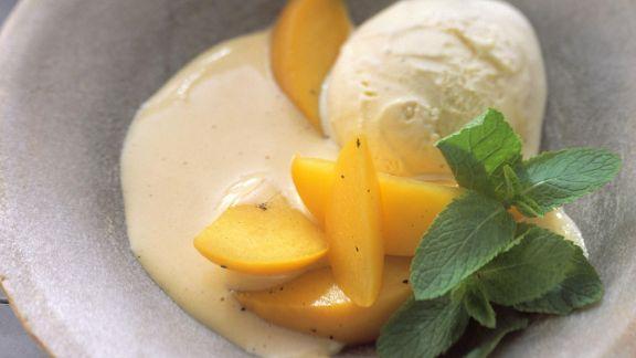 Rezept: Pfirsichspalten mit Vanilleeis und Sambucasoße
