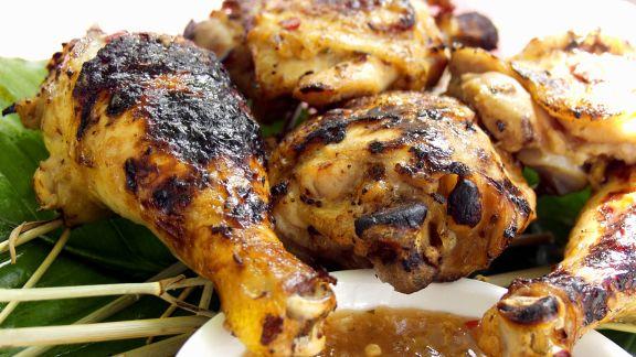 Rezept: Pikante Hähnchenschlegel mit Dip