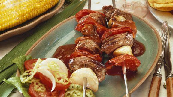 Rezept: Pikante Spieße mit Rinderfilet, Paprika, Zwiebeln dazu Steaksoße