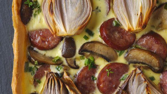 Rezept: Pikante Tarte mit Zwiebeln, Champignons und Wurst