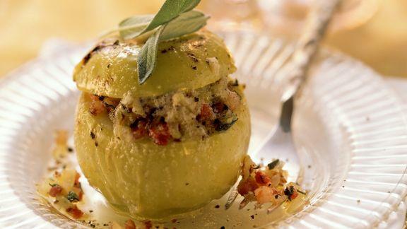 Rezept: Pikanter Bratapfel mit Speck, Salbei und Zwiebeln