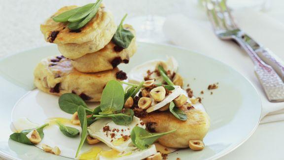 Rezept: Pikanter Hefepfannkuchen (Struven) mit Ziegenkäse, Spinat und Haselnüssen