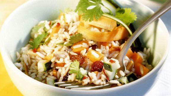 Rezept: Pikanter Reissalat mit Gemüse und Rosinen