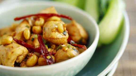 Rezept: Pikantes Hähnchen mit Chili und Erdnüssen