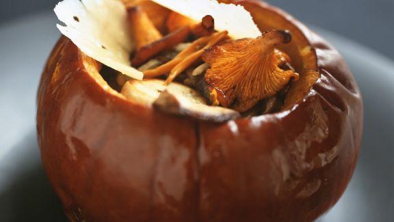 Rezept: Pilzgemüse im Kürbis mit Parmesanhobeln