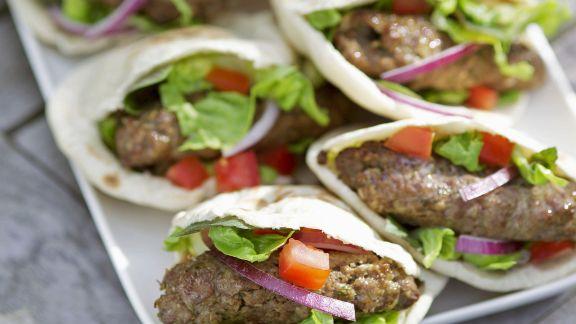 Rezept: Pita mit Lammfrikadellen und Salat