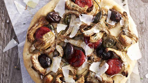 Rezept: Pizza mit Artischocken, pikanter Wurst und Oliven
