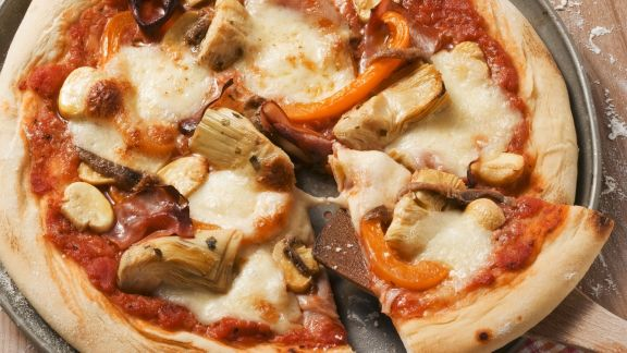 Rezept: Pizza mit Artischocken und Schinken