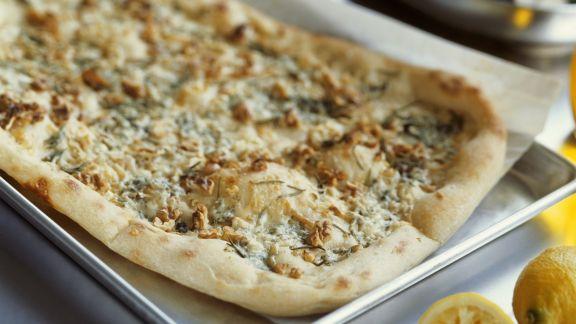 Rezept: Pizza mit Blauschimmelkäse, Birne und Nüssen