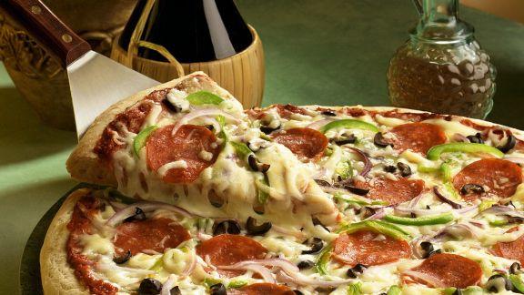 Rezept: Pizza mit Käse und Salami