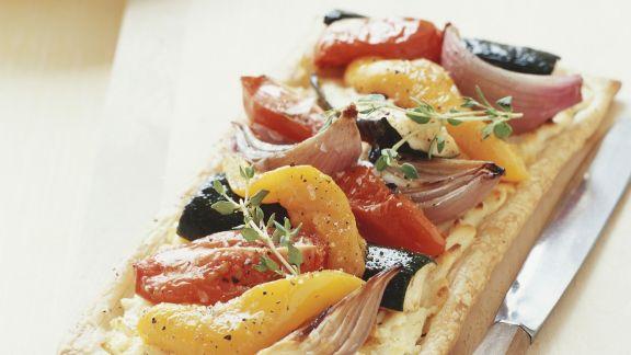 Rezept: Pizza mit Kichererbsencreme und Gemüse