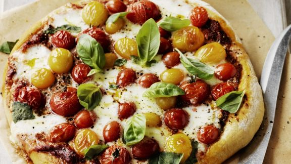 Rezept: Pizza mit Kirschtomaten und Basilikum
