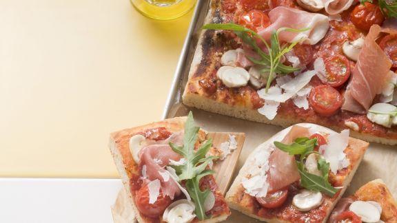 Rezept: Pizza mit Kirschtomaten und Parmaschinken