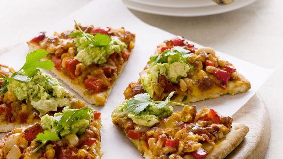 Rezept: Pizza mit Mais, Paprika und Avocadocreme