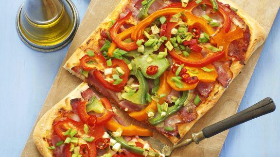 Rezept: Pizza mit Paprika und luftgetrocknetem Schinken (Pancetta)