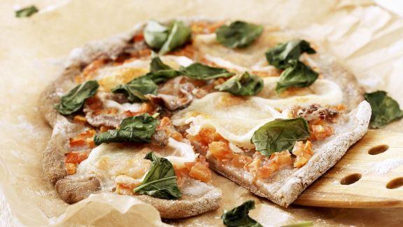 Rezept: Pizza mit Sardellen und Basilikum