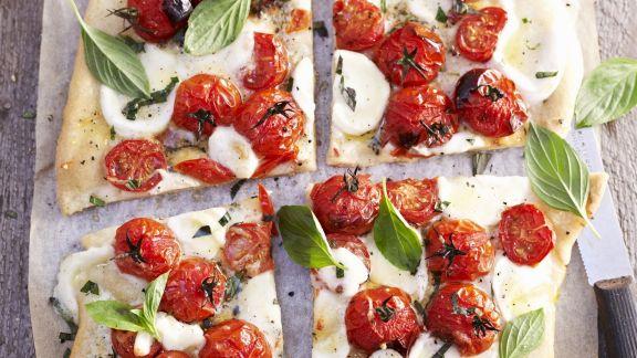Rezept: Pizza mit Tomaten, Mozzarella und Basilikum