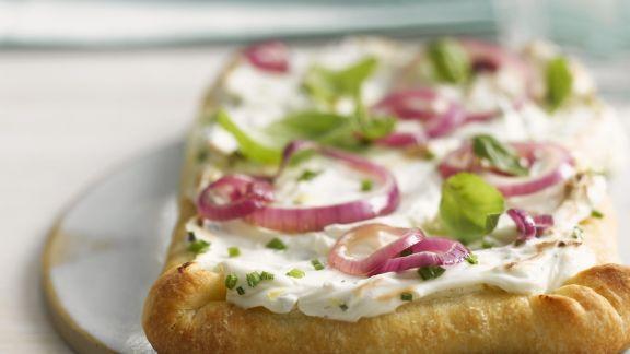 Rezept: Pizzafladen mit Sauerrahmcreme und Zwiebeln