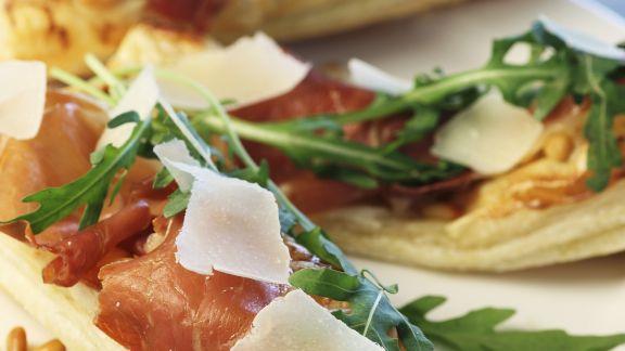 Rezept: Pizzaschitten mit rohem Schinken, Rauke und Parmesan