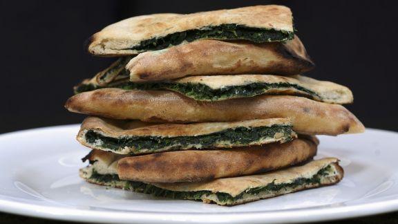 Rezept: Pizzataschen mit Spinat und Feta