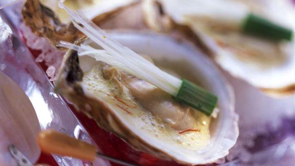 Rezept: Pochierte Austern mit Safran und Porree